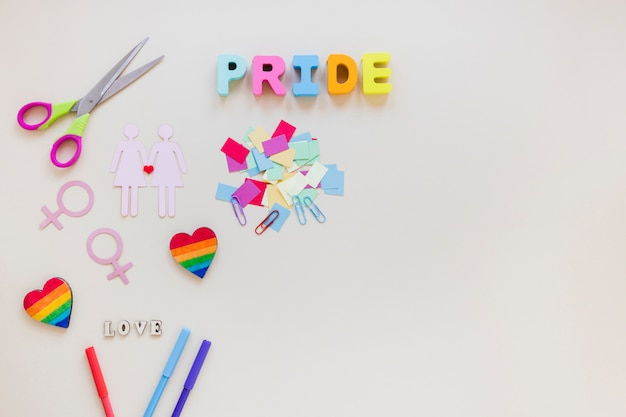 Inscription de fierté avec icône de couple lesbien et coeurs arc-en-ciel