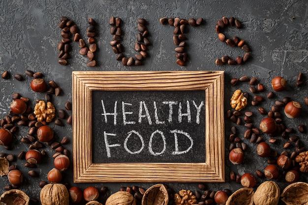 Inscription healthy food, de différentes noix. espace pour le texte