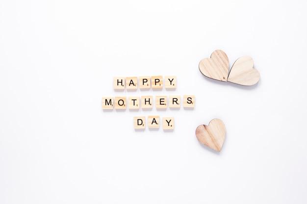 Inscription heureuse fête des mères avec des coeurs en bois
