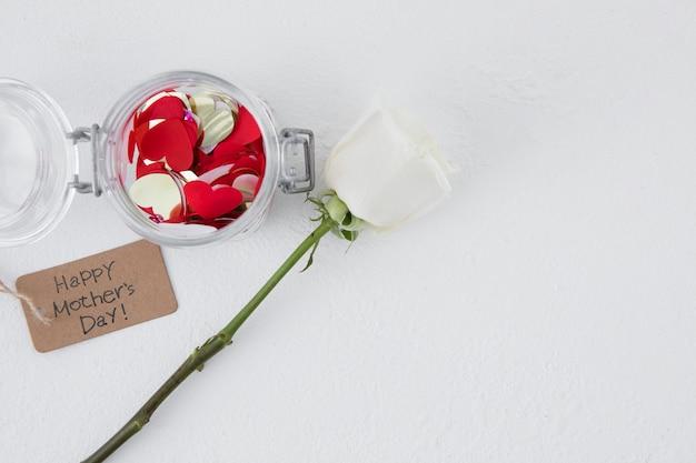 Inscription heureuse fête des mères avec fleur rose