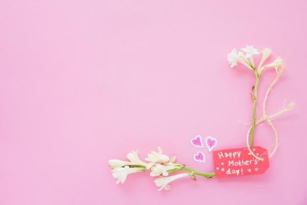 Inscription heureuse fête des mères avec des fleurs