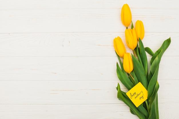 Inscription heureuse fête des mères avec des tulipes
