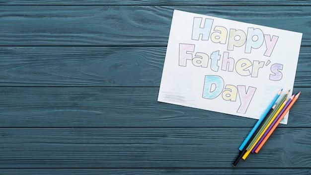Inscription heureuse fête des pères avec des crayons