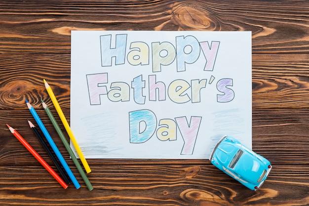Inscription heureuse fête des pères avec voiture de jouet