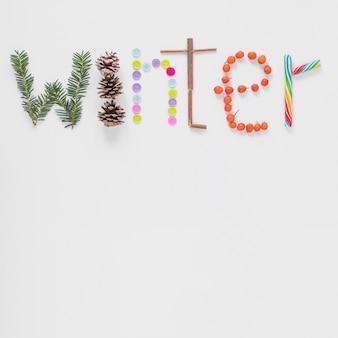 Inscription d'hiver écrite par différentes choses décoratives