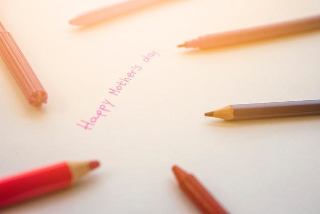 Inscription joyeuse fête des mères avec des crayons