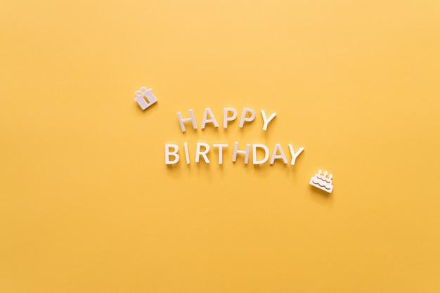 Inscription joyeux anniversaire de lettres isolés sur jaune