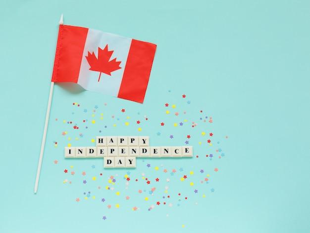 Inscription joyeux jour de l'indépendance et drapeau du canada.