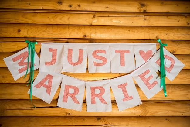 Inscription juste marié sur des planches de bois