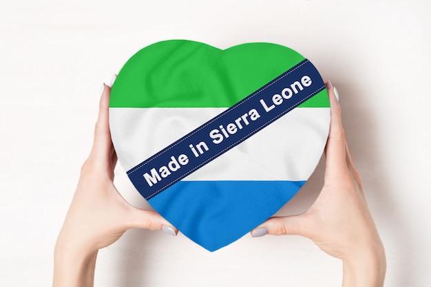 Inscription made in sierra leone drapeau avec boîte en forme de coeur