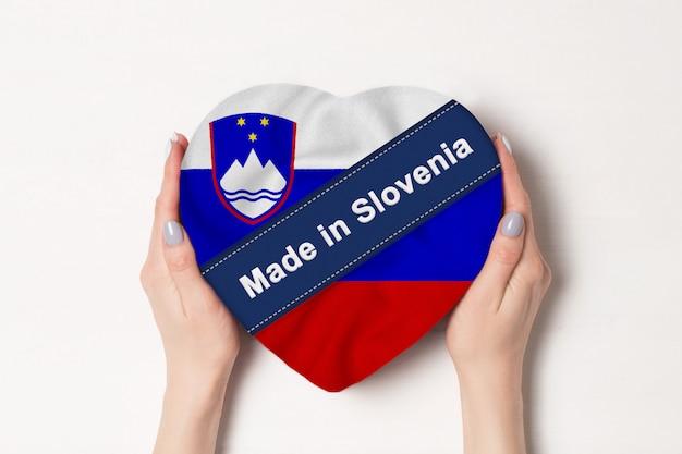 Inscription made in slovenia drapeau avec boîte en forme de coeur