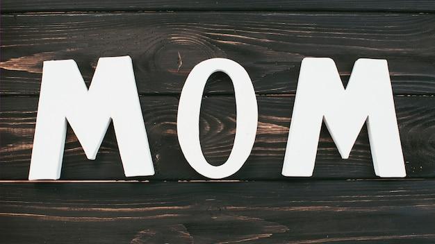 Inscription de maman blanche sur une table en bois