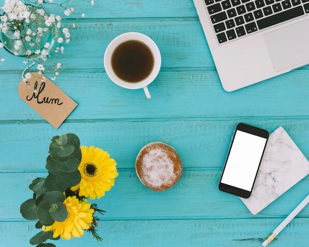 Inscription de maman avec des fleurs et smartphone