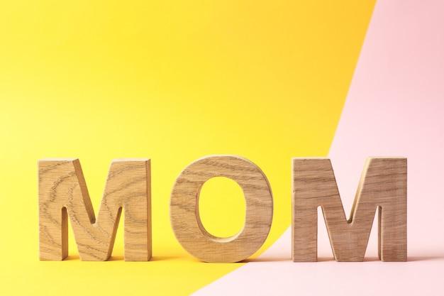 Inscription maman sur table bicolore