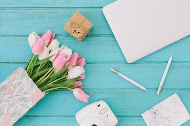 Inscription de maman avec des tulipes, un appareil photo et un ordinateur portable