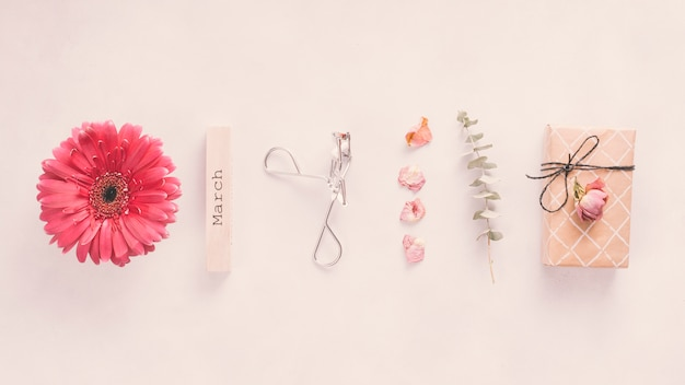 Inscription de mars avec des fleurs et un coffret sur table