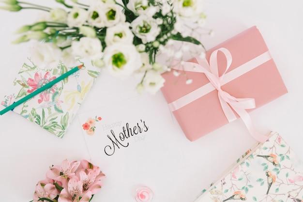 Inscription de mères avec des fleurs et une boîte cadeau