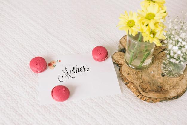 Inscription de mères avec des fleurs et des macarons