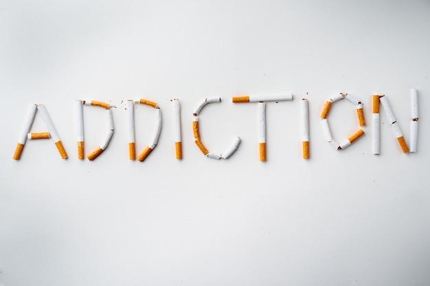 Inscription mot addiction faite de cigarettes vue de dessus