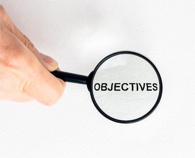 Inscription de mot objectifs à la loupe sur les documents financiers, objectifs commerciaux.