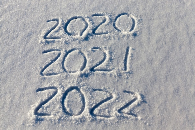 L'inscription sur le nouvel an 2022 sur la neige en hiver, les inscriptions sur le nouvel an la saison hivernale de fin 2021 et le début de 2022