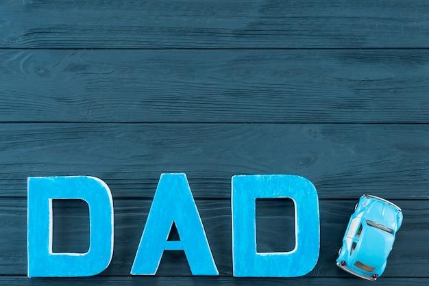 Inscription de papa avec voiture de jouet sur la table