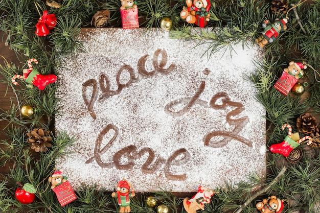 Inscription de peace joy love sur du sucre blanc en poudre