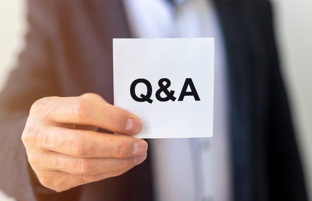 Inscription De Questions-réponses Sur Papier, Concept De Questions Et Réponses. Photo Premium