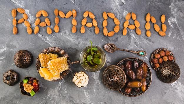 Inscription ramadan d'amandes avec thé et fruits de dattes