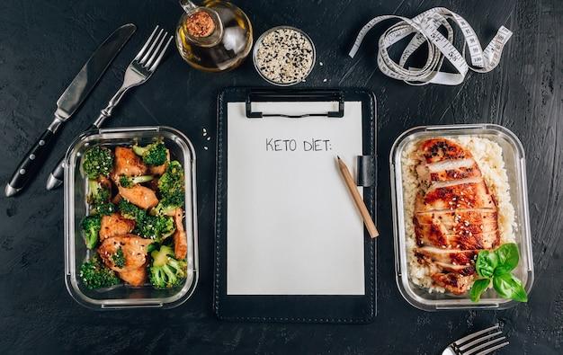 Inscription «régime keto» sur le presse-papiers avec des récipients de préparation de repas