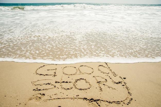 L'inscription sur le sable est une bonne histoire, la vague de la mer sur le sable avec l'inscription