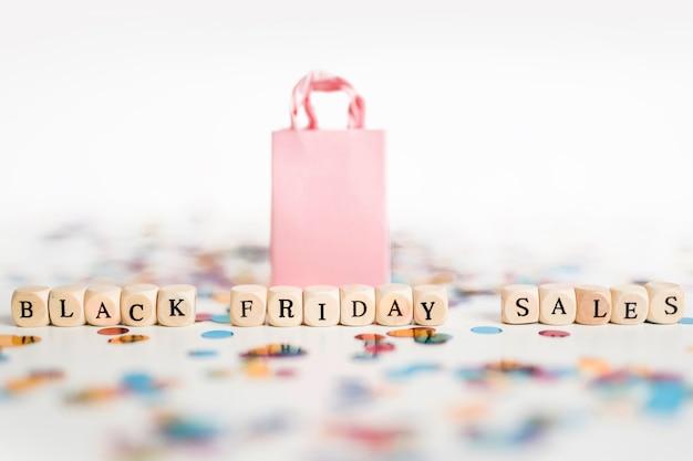 Inscription de vente vendredi noir sur des cubes avec sac à provisions