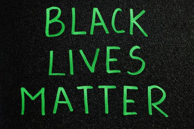 Inscription de la vie noire en mots verts à bord
