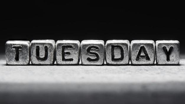 Inscription volumétrique mardi cubes en métal argenté sur fond noir foncé. calendrier des délais, planification personnelle et gestion du temps, sept jours sur sept