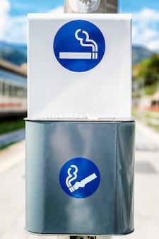 Inscrivez-vous sur une zone fumeur sur un cendrier de rue. fermer. verticale.