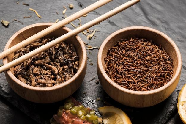 Insectes comestibles à vue rapprochée avec des bâtons