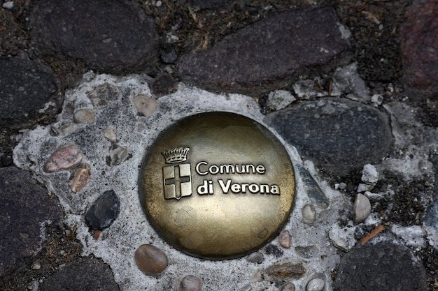 Insigne commémoratif sur le sol à vérone