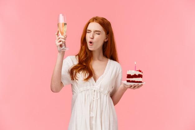 Insouciante amusée, fille heureuse s'amuser sur sa fête d'anniversaire, soulevant une coupe de champagne