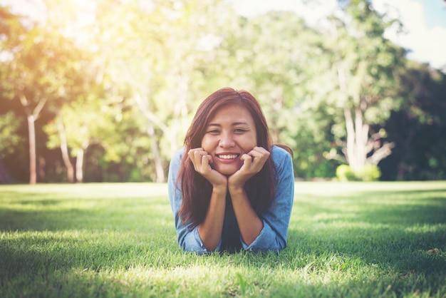 Insouciante asiatique herbe jeune femme