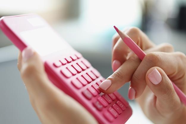 Inspecteur financier faisant un rapport calculant ou vérifiant le concept d'audit commercial du solde