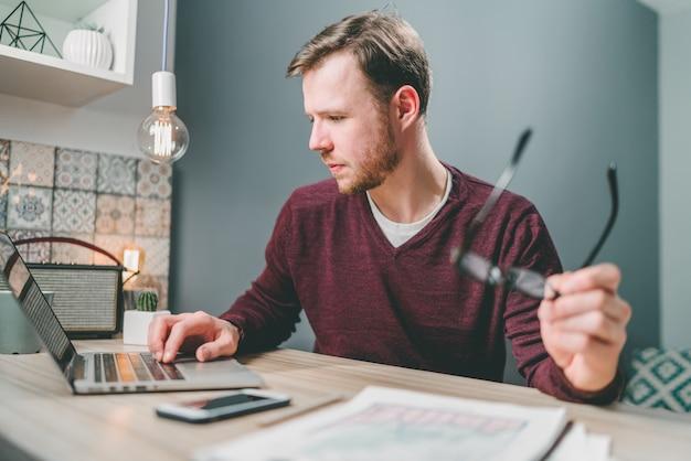 Inspecteur financier masculin vérifiant l'équilibre