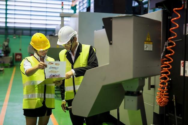 Inspecteur d'usine vérifiant les papiers