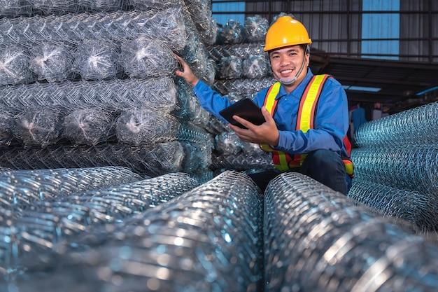 Inspection de la cargaison dans l'entrepôt