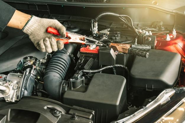 Cette inspection de carrière homme asiatique service de voiture charge batterie voiture