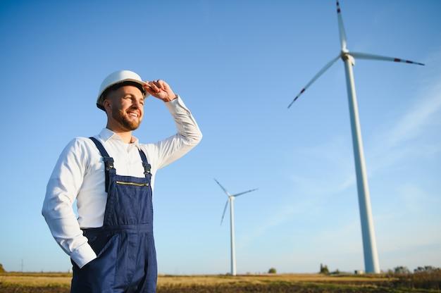 Inspection de l'ingénieur du moulin à vent et vérification de l'avancement de l'éolienne