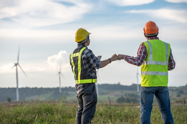 Inspection d'un ingénieur d'éolienne et vérification de l'avancement d'une éolienne sur un chantier de construction