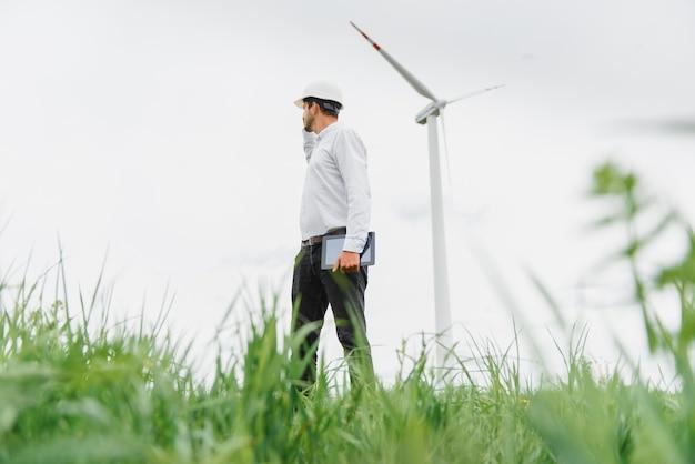Inspection de l'ingénieur de l'éolienne et vérification des progrès de l'éolienne sur le chantier de construction