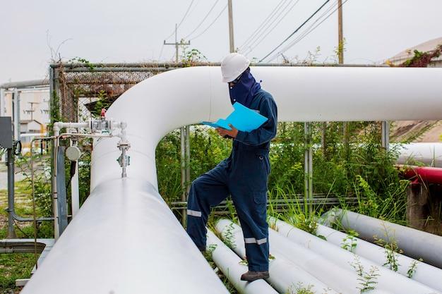 Inspection visuelle des travailleurs de l'industrie des pipelines à vapeur de tube de corrosion de pétrole et de gaz de pipeline