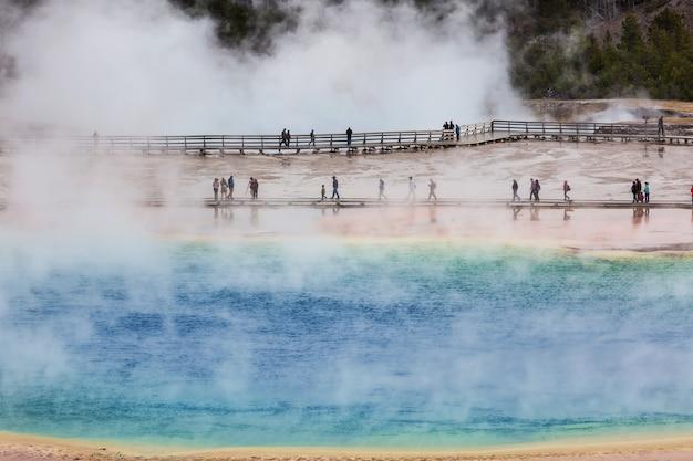 Inspirant naturel. piscines et champs de geysers dans le parc national de yellowstone, usa.