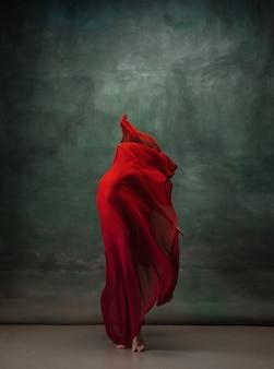 Inspiration ballerine classique gracieuse dansant sur fond de studio sombre body pastel